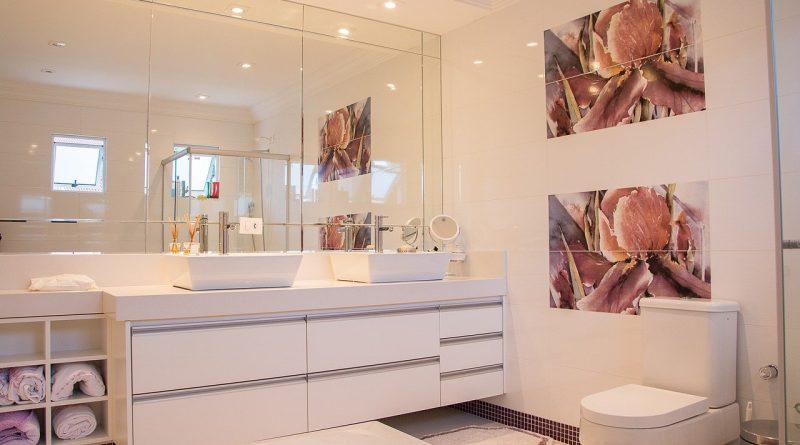 Sposoby, aby mała łazienka wyglądała i wydawała się większa.